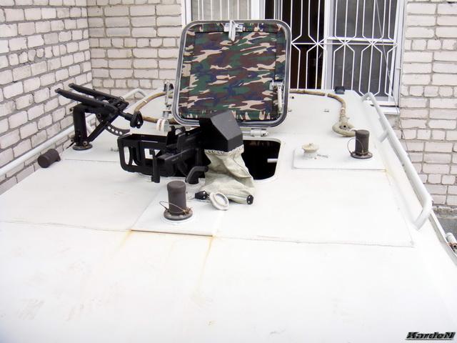 Бронестекла бортов и дверей имеют механизмы открывания и фиксирования в открытом и закрытом положениях.