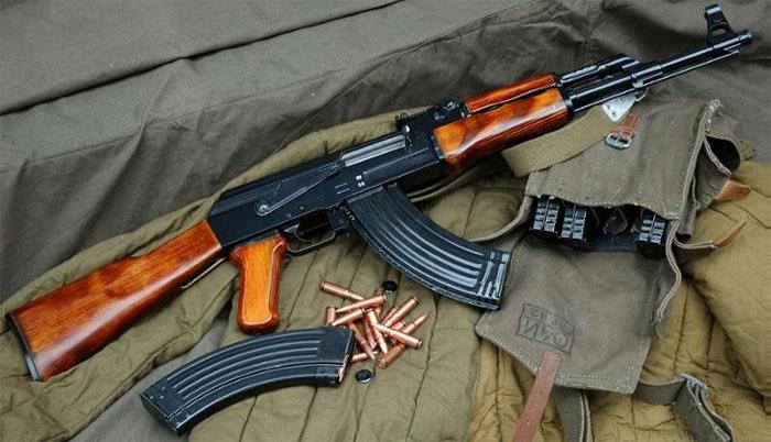 EUA driblam as próprias sanções para comprar fuzis Kalashnikov