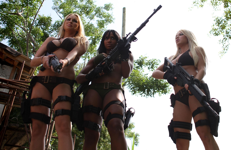 Фото девушек с оружием без одежды 13 фотография