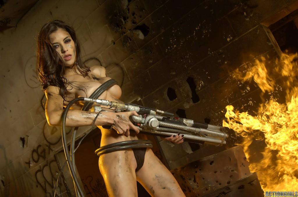 голая с оружием фото
